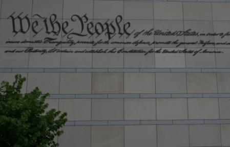 L'inizio del testo della Dichiarazione d'Indipendenza, su un muro di un edificio