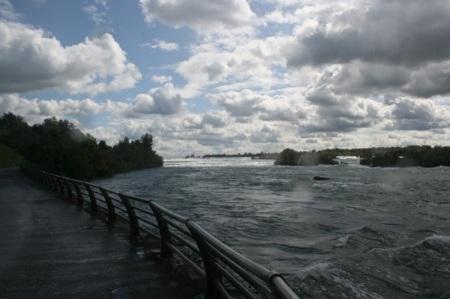 Il fiume Niagara, poco prima di trasformarsi in cascata