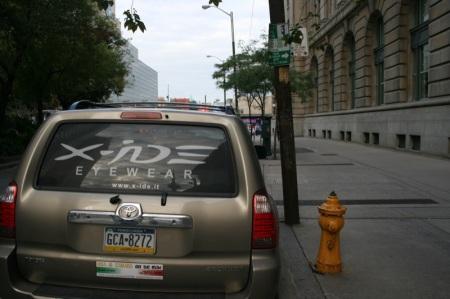 Nostra auto, idrante e... cartello del parcheggio sul palo (in verde)