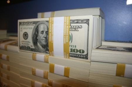 ...in banconote da 100 dollari