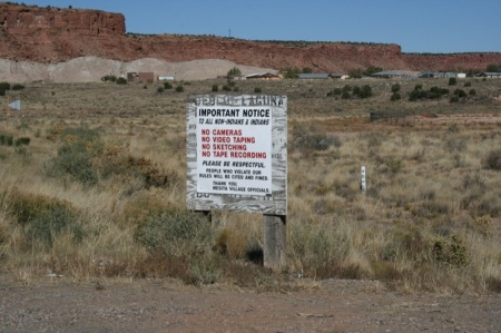 cartello all entrata di una riserva indiana