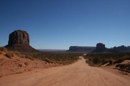 La strada sterrata in mezzo alle rocce