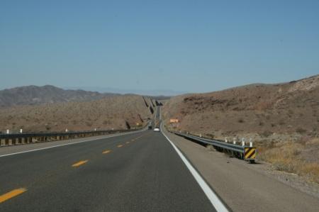 la strada che attraversa il deserto del Nevada